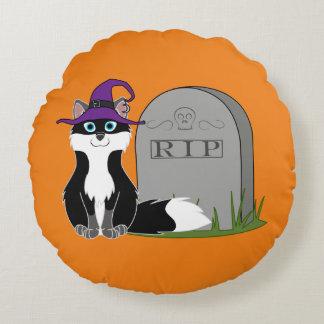 Fox blanco y negro con la piedra del sepulcro del cojín redondo