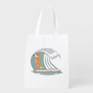 Fox del dibujo animado en una tabla hawaiana bolsas de la compra