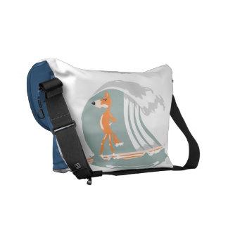 Fox del dibujo animado en una tabla hawaiana bolsas messenger