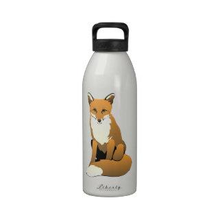 Fox lindo del dibujo animado que se sienta en la botella de beber
