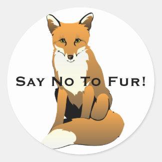 Fox lindo del dibujo animado que se sienta en la pegatina redonda