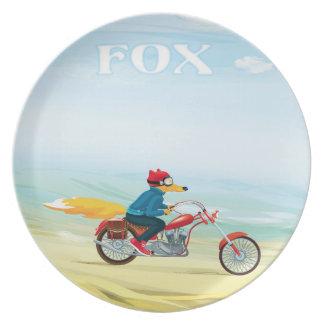 Fox-Man en una motocicleta roja Plato