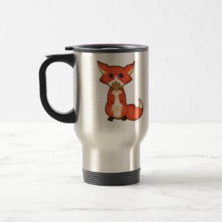 Fox observado grande lindo que come una galleta taza de viaje