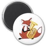Fox que juega la tuba imán de frigorífico