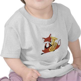 Fox que juega la tuba camiseta