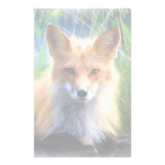 Fox rojo que pone en la fauna escénica de la papeleria personalizada