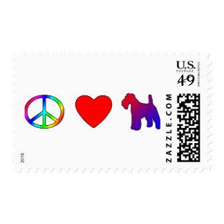 Fox terrier del alambre del amor de la paz sellos postales