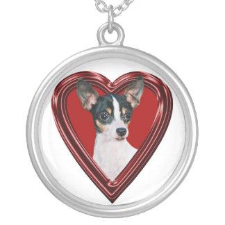 Fox terrier del juguete en collar del corazón
