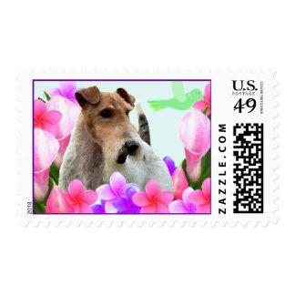 Fox terrier y flores del alambre sello