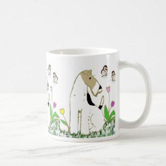 Fox terrier y mariposas del alambre taza básica blanca