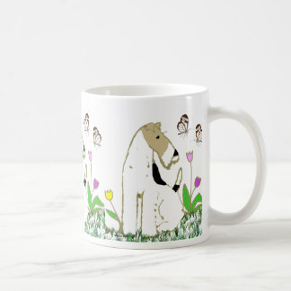 Fox terrier y mariposas del alambre taza clásica