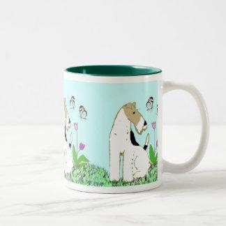 Fox terrier y mariposas del alambre taza de dos tonos