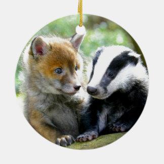 ¡Foxcub y tejón lindos! Adorno Redondo De Cerámica