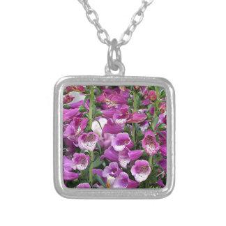 Foxgloves de color rosa oscuro collar plateado