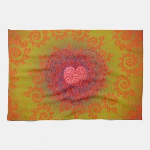 Fractal amarillo y anaranjado rojo del corazón toalla