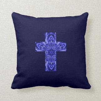 """Fractal Art Cross en el azul cristalino"" (b) Cojín"