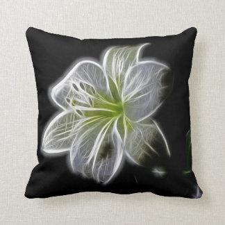 Fractal blanco de la orquídea en negro cojin