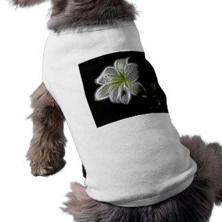 Fractal blanco de la orquídea en negro playera sin mangas para perro