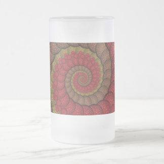 Fractal rojo y anaranjado oxidado del pavo real taza de cristal