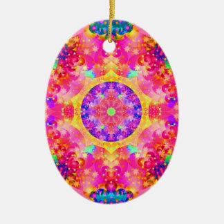 Fractal rosado y amarillo del caleidoscopio adorno navideño ovalado de cerámica