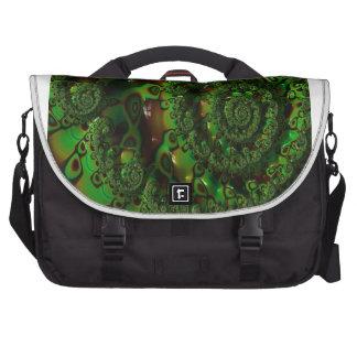 Fractal verde exuberante dentro del espiral del bolsa de ordenador