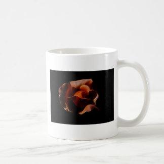 Fractualis color de rosa anaranjado taza clásica
