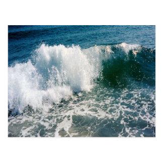 Fractura de la ola oceánica tarjeta postal
