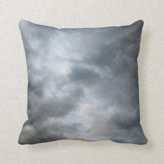 Fractura de las nubes de tormenta almohadas