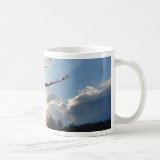 Fractura de las nubes el día de invierno taza básica blanca