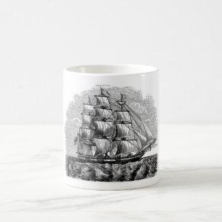 Fragata debajo de la taza de la vela