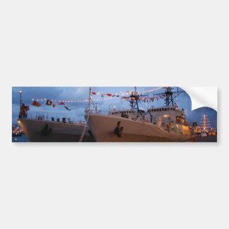 Fragatas portuguesas en el crepúsculo etiqueta de parachoque