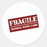 Frágil dirija con el artículo del cuidado pegatinas redondas