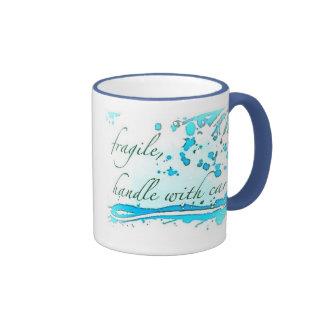 frágil dirija con la taza del cuidado