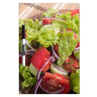 Fragmento de la ensalada vegetariana de verduras pizarras blancas de calidad