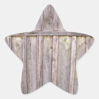 Fragmento de una cerca de madera vieja de tableros pegatina en forma de estrella
