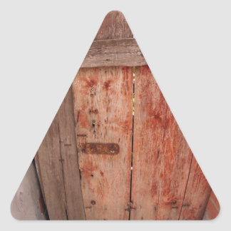 Fragmento de una cerca de madera vieja en la pegatina triangular
