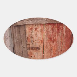 Fragmento de una cerca de madera vieja en la pegatina ovalada