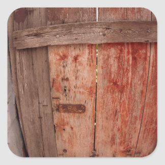Fragmento de una cerca de madera vieja en la pegatina cuadrada