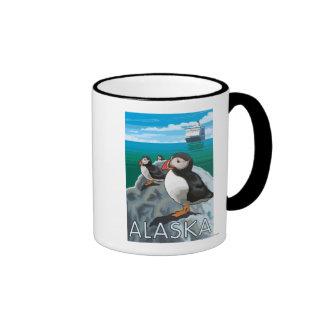 Frailecillos que miran un barco de cruceros tazas de café