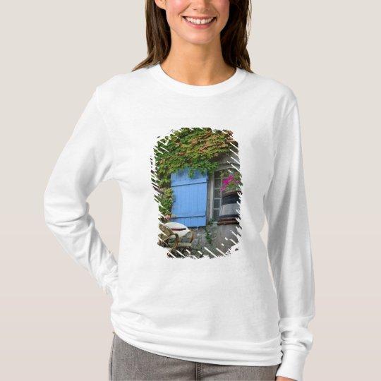 France, Les Baux de Provence, café patio T-Shirt
