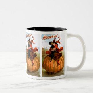Frances Brundage: Bruja de Halloween Taza Dos Tonos