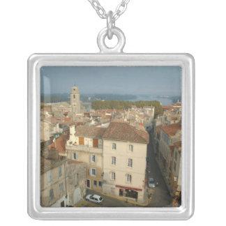 Francia, Arles, Provence, opinión de la ciudad de Colgante Cuadrado