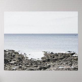 Francia, Bretaña, playa rocosa y océano Póster