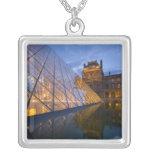 Francia, París. El Louvre en el crepúsculo. Colgante Cuadrado