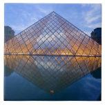 Francia, París. El Louvre en el crepúsculo. Crédit Azulejo Cuadrado Grande