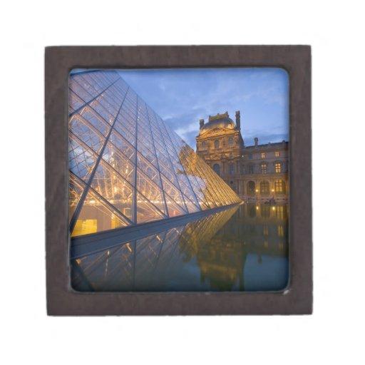 Francia, París. El Louvre en el crepúsculo. Crédit Cajas De Regalo De Calidad