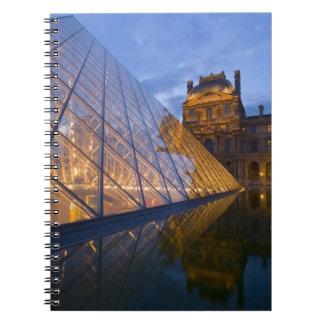 Francia, París. El Louvre en el crepúsculo. Crédit Libreta Espiral