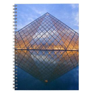 Francia, París. El Louvre en el crepúsculo. Crédit Libro De Apuntes