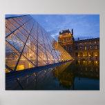Francia, París. El Louvre en el crepúsculo. Crédit Impresiones