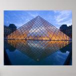 Francia, París. El Louvre en el crepúsculo. Crédit Poster